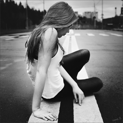 alone-black-and-white-broken-girl-lonely-Favim.com-300472